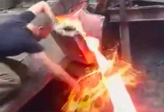 Мъж си вкарва ръката в поток течен метал, но не изгаря. Защо? (видео)