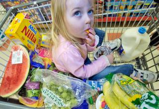 Защо не е хубаво да се возят деца в пазарска количка?